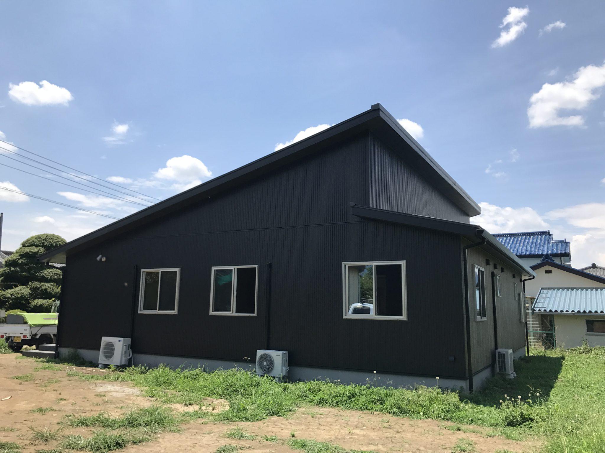 白と黒のコントラストな外壁